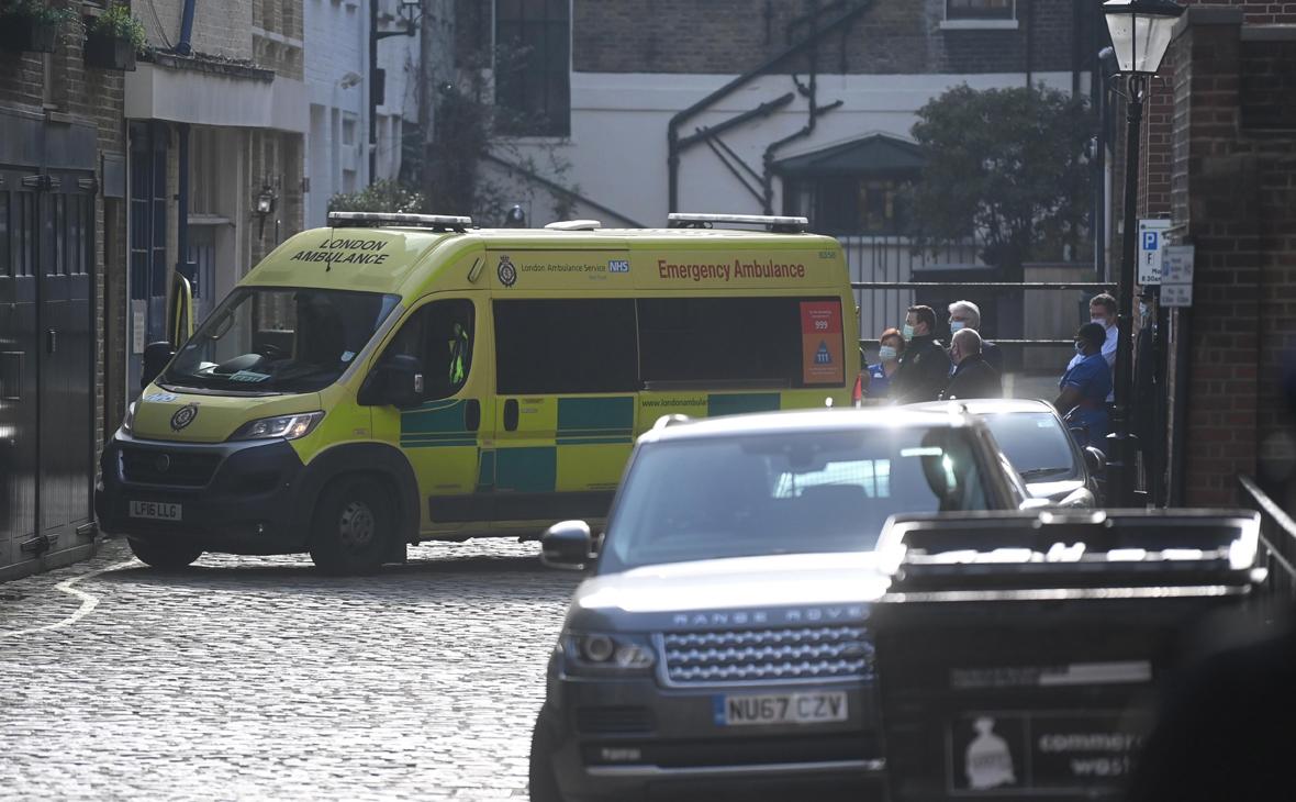 Персонал больницы рядом с машиной скорой помощи у госпиталя короля Эдуарда VII