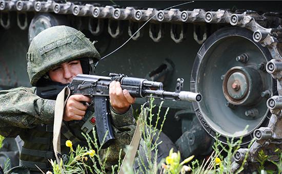 Десантник во время учений в рамках подготовки к Армейским международным играм на полигоне «Дубровичи»