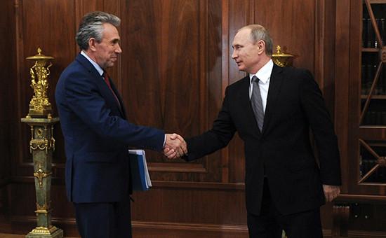 Глава ВЭБа Сергей Горьков (слева) ипрезидент России Владимир Путин вовремя встречи вКремле, 3 августа 2016 года