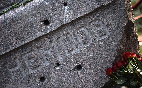 Фрагмент памятника намогиле политика Бориса Немцова наТроекуровском кладбище вМоскве
