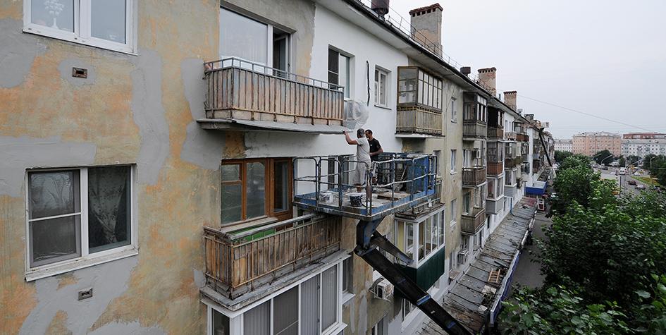Рабочие во время фасадного ремонта многоквартирного дома