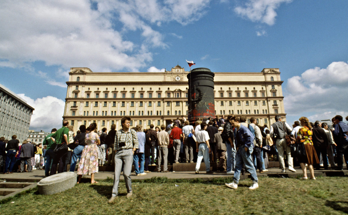 Демонтаж памятника Феликсу Дзержинскому у здания КГБ СССР на Лубянской площади. Август 1991 года