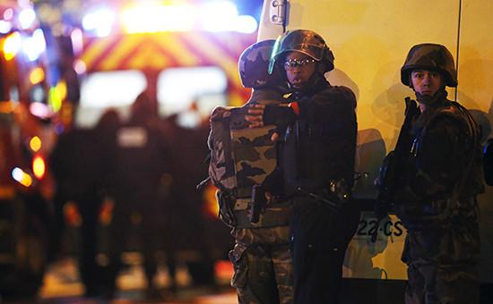Сотрудники французской полиции готовятся к штурму концертного зала Bataclan