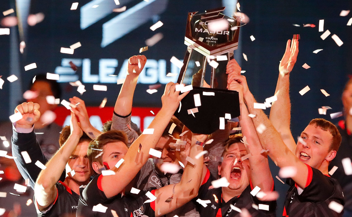 Киберспортивная команда Astralis празднует победу над Virtus.Pro по Counter-Strike: Global Offensive Major Championship final в театре «Фокс» 29 января 2017 года в Атланте, штат Джорджия