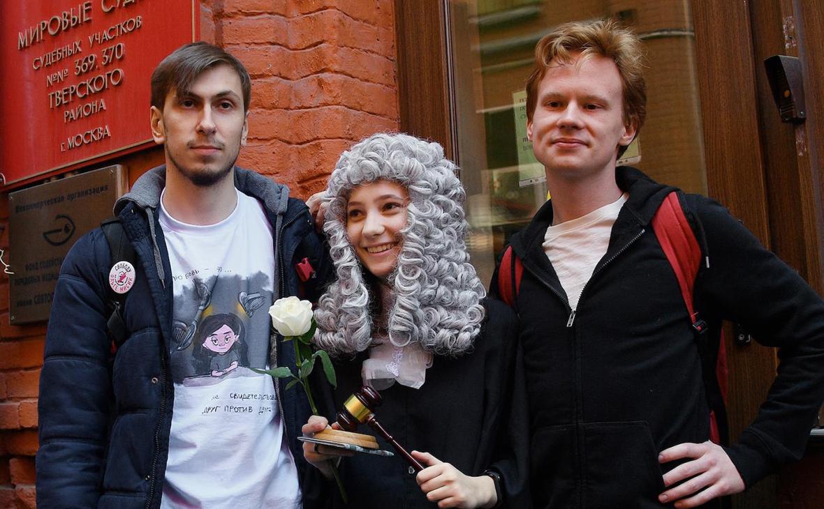 Активисты «Бессрочного протеста» Ольга Мисик (в центре), Игорь Башаримов (слева) и Иван Воробьевский (справа)