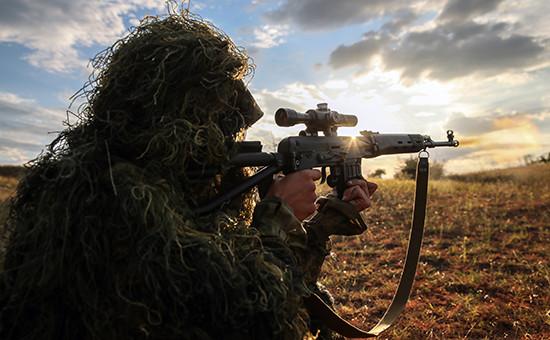 Солдат армии России во время комплексных тактических учений