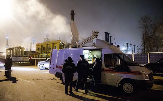 Сотрудники МЧС у «Московского нефтеперерабатывающего завода»