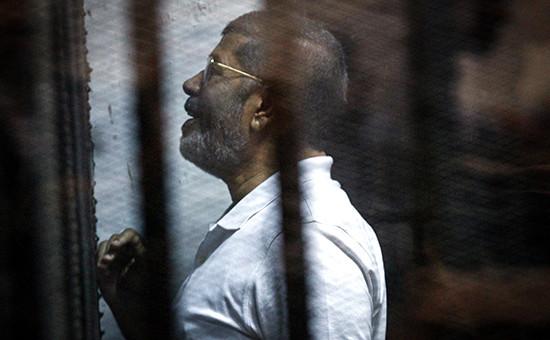 Свергнутый президент Египта Мохаммед Мурси во время судебного заседания
