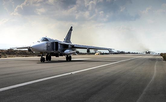 Бомбардировщик Су-24 взлетает саэродрома ХмеймимвСирии