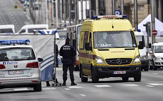 Автомобили скорой помощи иполиции послевзрыва у станции метро вБрюсселе