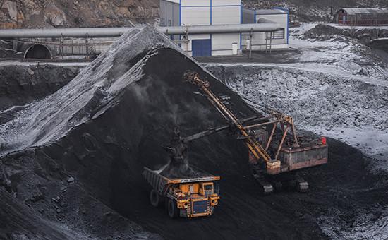 Загрузка самосвала на промышленной площадке шахты «Сибиргинская» акционерного общества «Мечел-Майнинг»