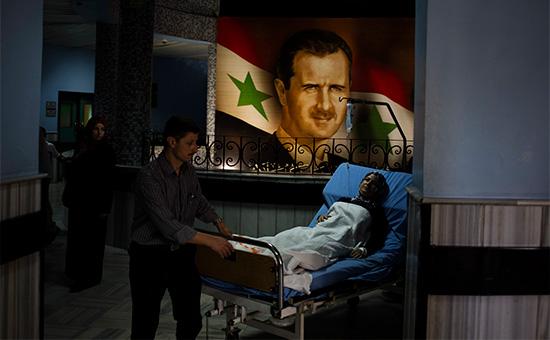 Портрет президента СирииБашара Асада в центральной больнице Дамаска