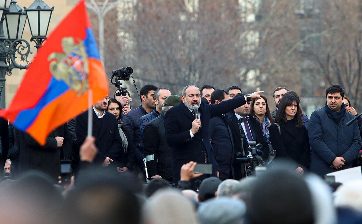 Никол Пашинян (в центре) во время выступления на акции своих сторонников на площади у Дома правительства Армении