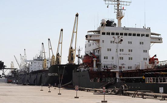 Иностранные суда в нефтяном доке. Порт Имама Хомейни, Иран