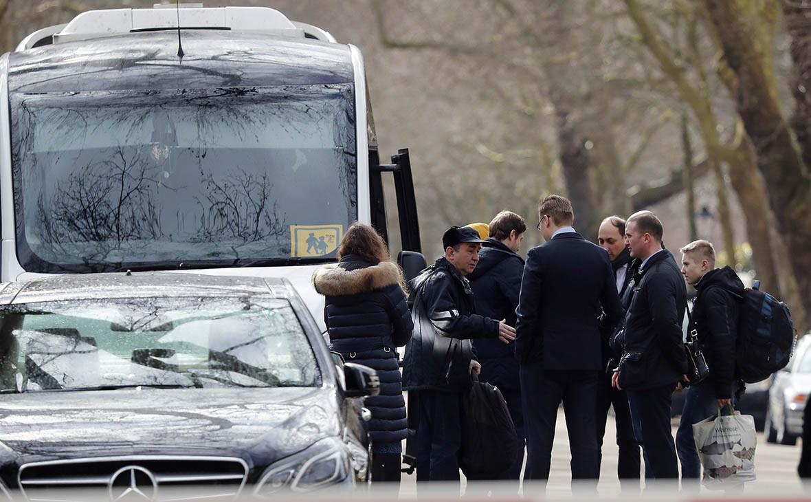 Дипломаты и члены их семей покидают российское посольство в Лондоне