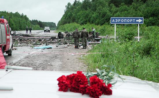 На месте крушения пассажирского самолета Ту-134 авиакомпании «РусЭйр», совершившего аварийную посадку недалеко от взлетно-посадочной полосы аэропорта Петрозаводска