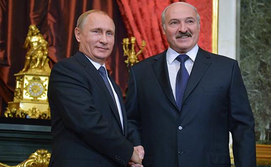 Президент России Владимир Путин и президент Белоруссии Александр Лукашенко (слева направо) перед началом сессии Совета коллективной безопасности ОДКБ в Кремле