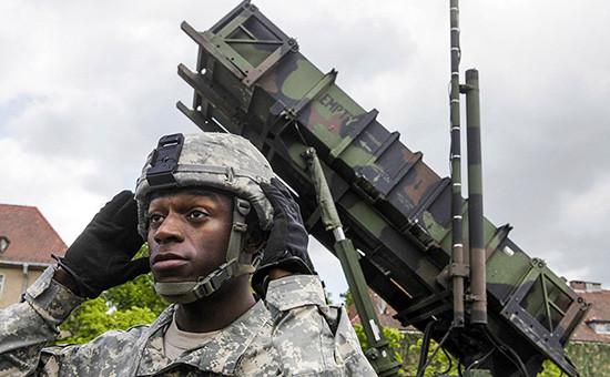 Американский солдат рядомсзенитно-ракетным комплексом «Пэтриот» вПольше, 2010 год