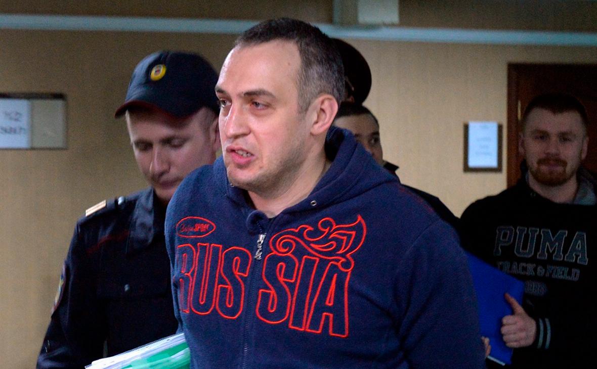 Денис Ромашкин (в центре)