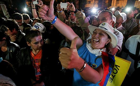 Противники мирного соглашения празднуют победу на референдуме в Колумбии в Боготе