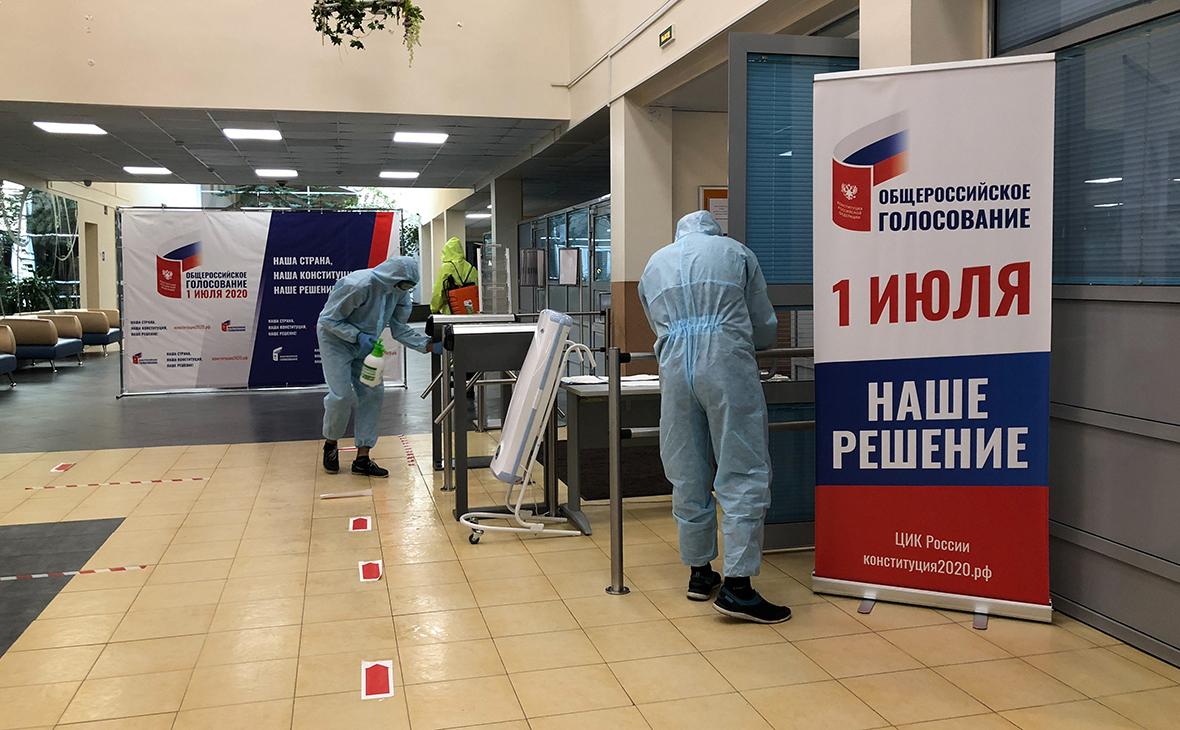 Дезинфекция участка для голосования по поправкам в Конституцию РФ