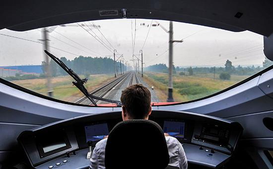 Машинист в кабине скоростного поезда-экспресса «Сапсан»