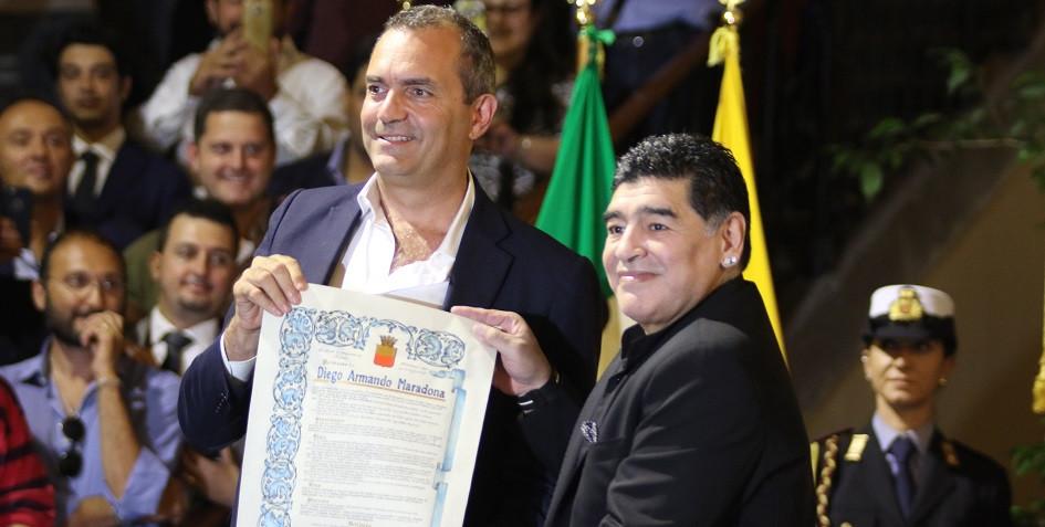 Луиджи Де Маджистрис (слева) вручает Марадоне грамоту о присвоении ему звания почетного гражданина Неаполя в 2017 году