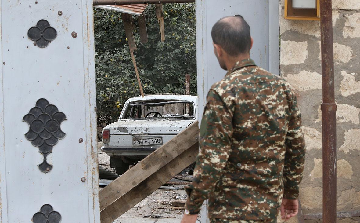 Местный житель возле разрушенного дома, Мартуни, Нагорный Карабах