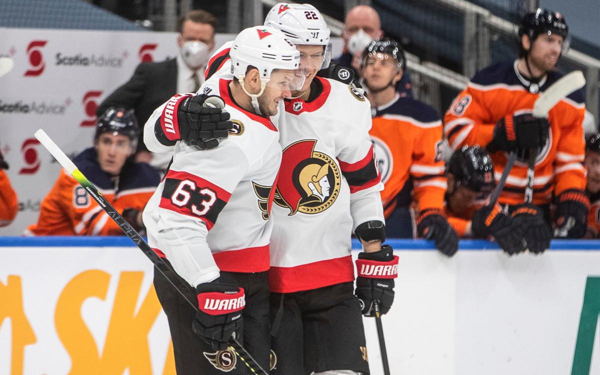 Российские хоккеисты «Оттавы» Евгений Дадонов (слева) и Никита Зайцев