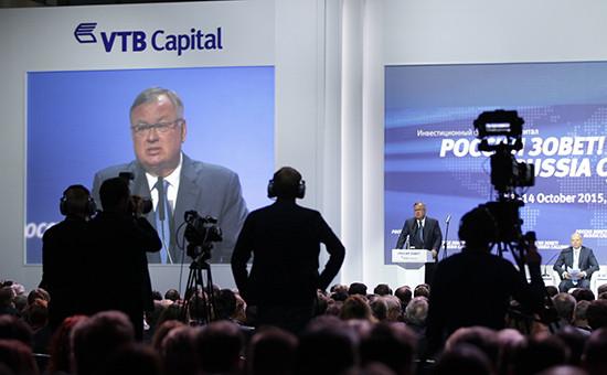 Президент, председатель правления ОАО«Банк ВТБ» Андрей Костин (на экране) на седьмомежегодном инвестиционном форуме «ВТБ Капитала» «Россия зовет!»