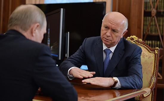 Губернатор Самарской области Николай Меркушкин и президент РФ Владимир Путин (справа налево) во время встречи в Кремле
