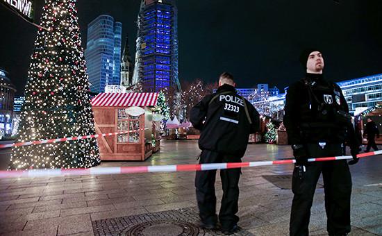 Сотрудники полиции на рождественском рынке в центре Берлина
