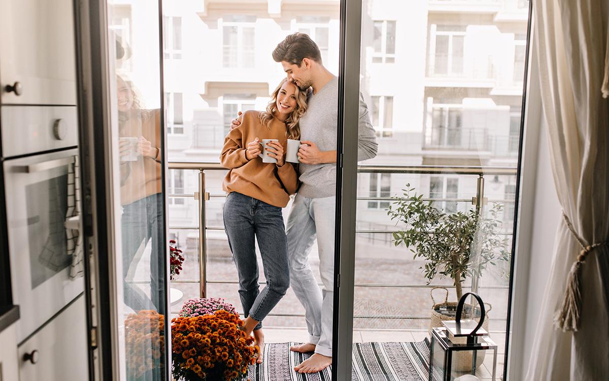 Пара на незастекленном балконе с выходом из кухни