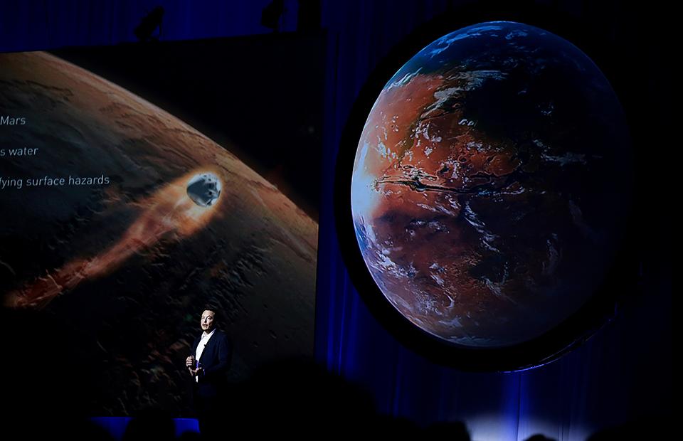 Илон Маск с проектом «Межпланетной транспортной системы» на Международном астронавтическом конгрессе в Мехико