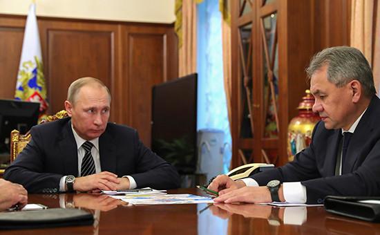Президент России Владимир Путин иминистр обороны России Сергей Шойгувовремя встречи вКремле. 29 декабря 2016 года