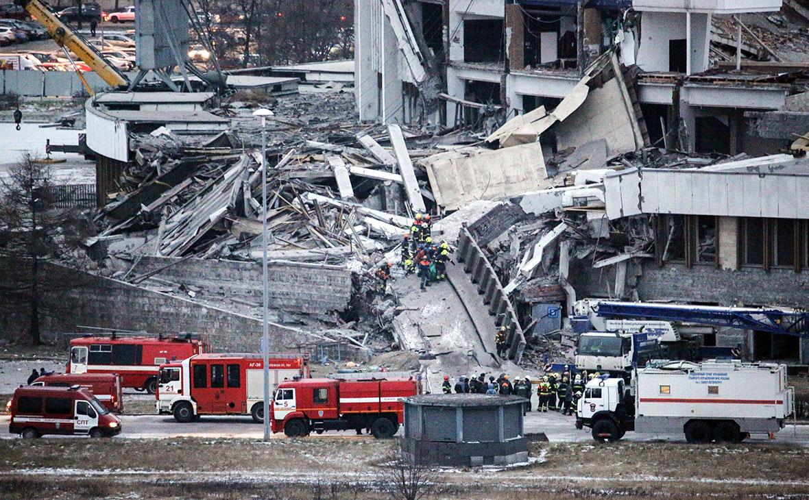 Пожарные машины у спортивно-концертного комплекса «Петербургский», который обрушился во время демонтажа крыши