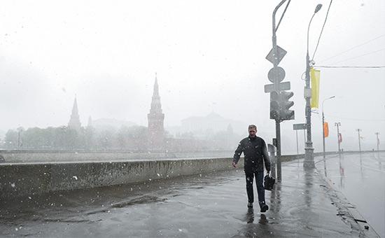 Во время снегопада на Софийской набережной. 7 мая 2014 года