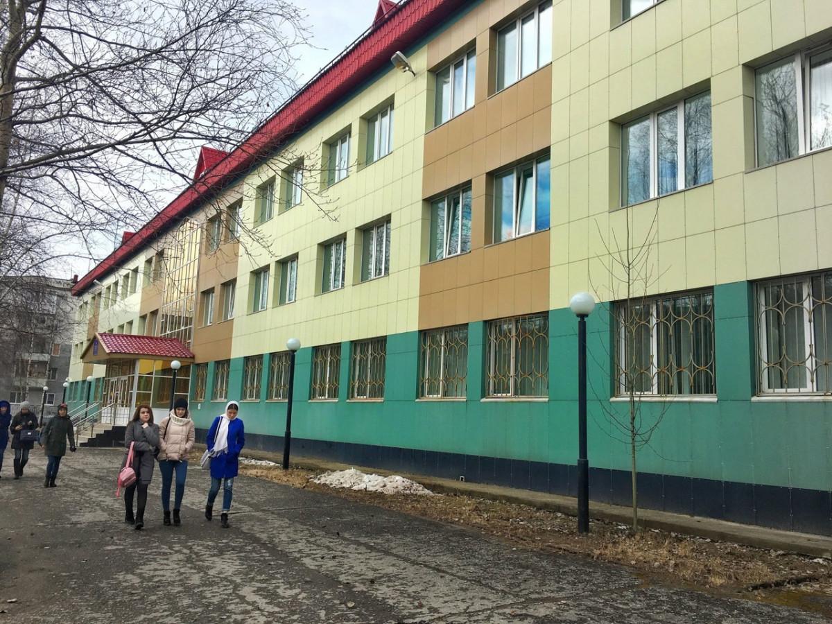 """Гуманитарный корпус НВГУ, где студентам, по нашим данным, обещают """"бонусы"""" за работу на ЕР."""
