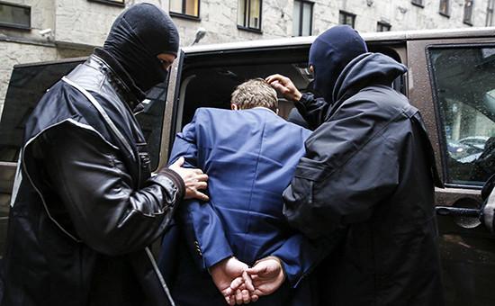 Офицеры сопровождения мужчину арестованного по подозрению в шпионаже. Польша 17 октября