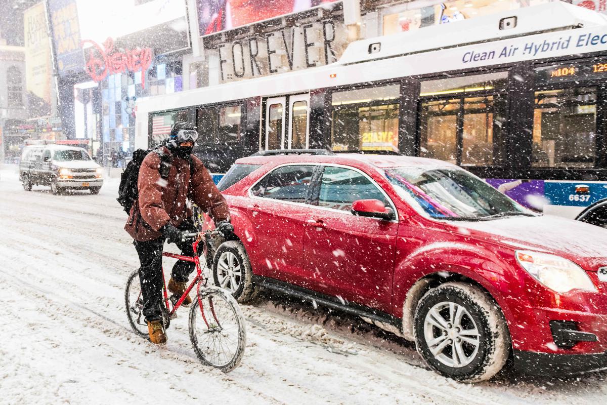 Велосипедист пытается прорваться через метель в Нью-Йорке. 4 января 2018 года