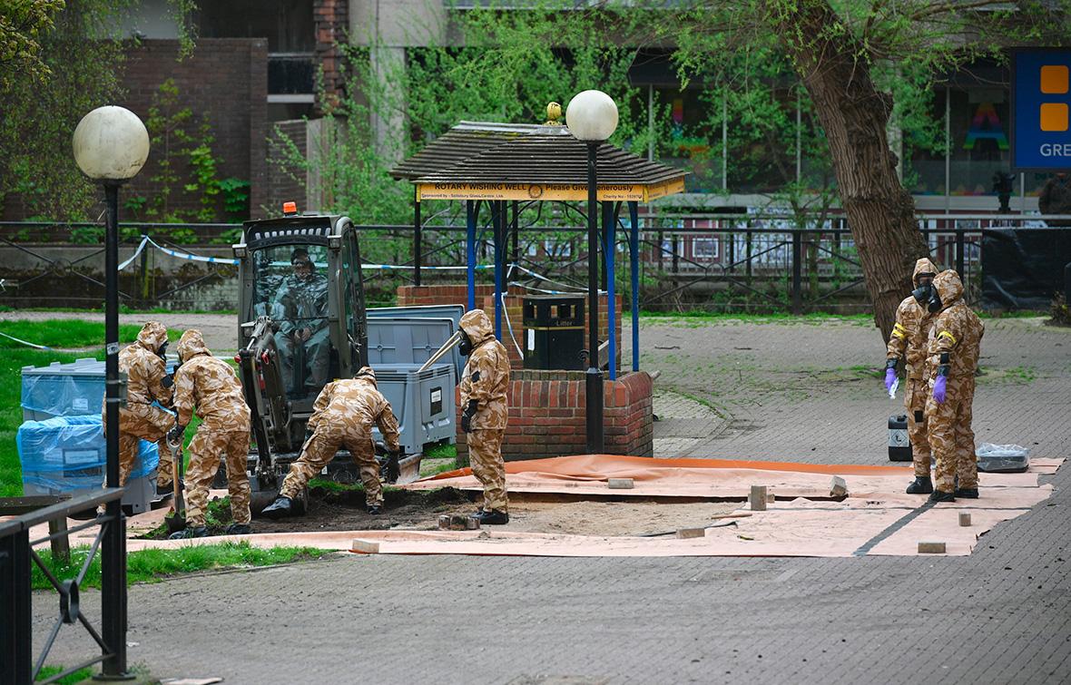 Эксперты в парке, гдеСкрипали потеряли сознание. 24 апреля 2018 года