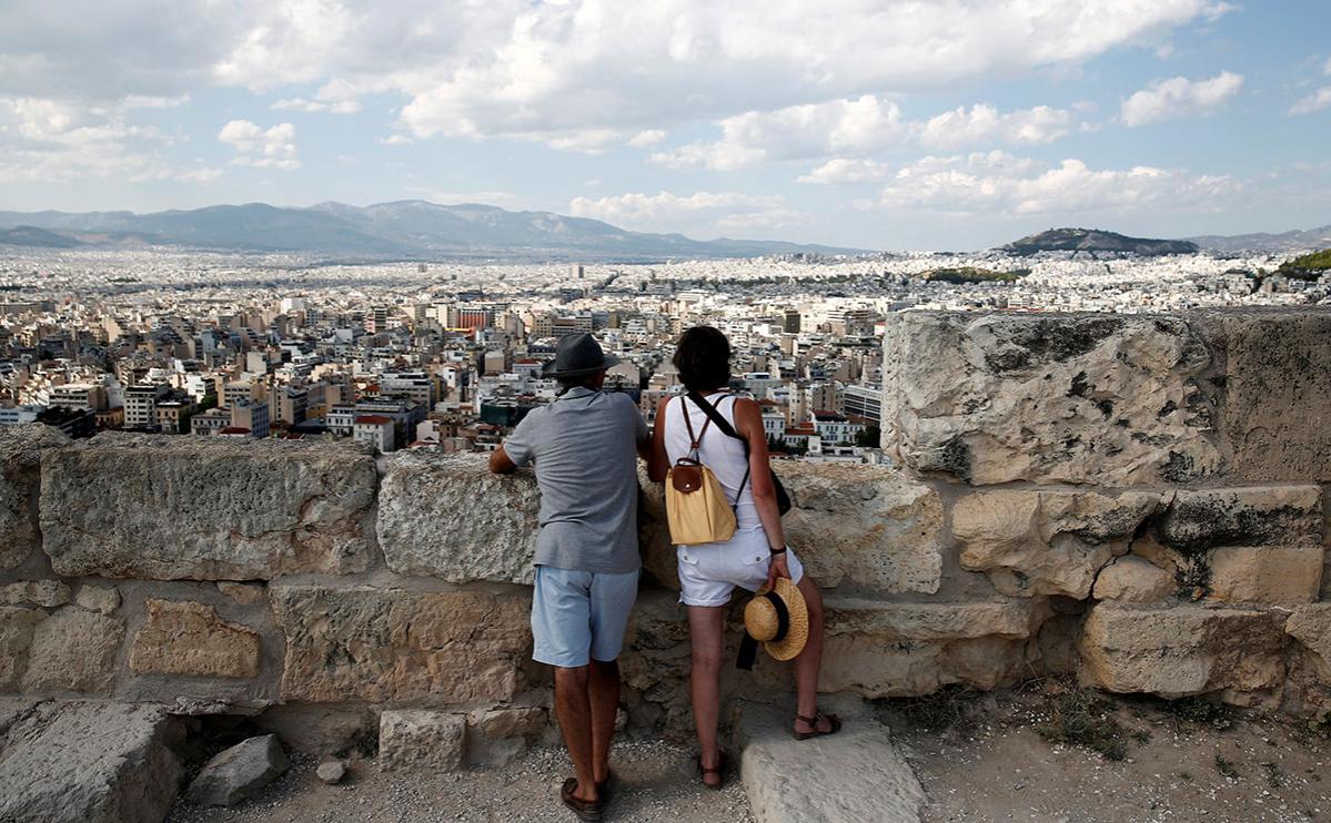 Туристы на холме Акрополь в Афинах, Греция