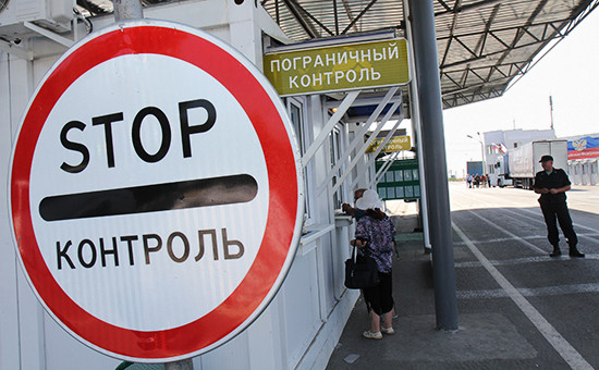 Пограничный контроль напункте пропуска «Армянск» российско-украинской границы. Август 2014 года