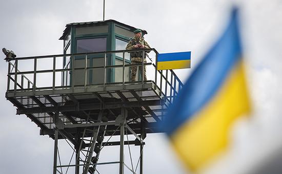 Военнослужащий напограничном пункте пропуска наукраинско-российской границе