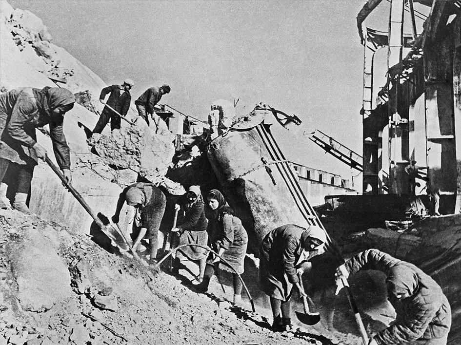 Комсомольская бригада на востановлении Днепрогэса. 1944 год