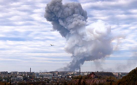 Дым после взрыва в районе завода химических изделий в Донецке. 20 октября город подвергся артиллерийскому обстрелу
