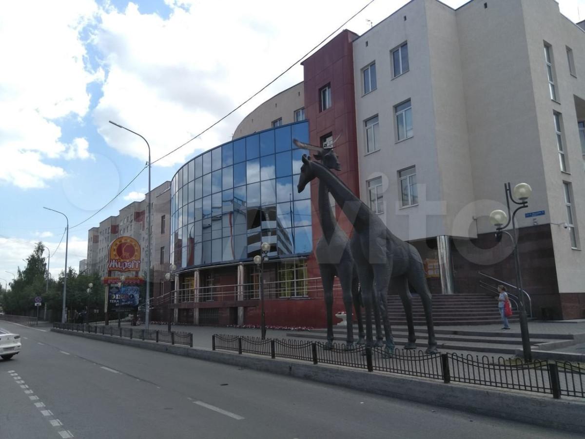 У развлекательного центра стоят скульптуры двух жирафов, с которыми любят фотографироваться горожане.