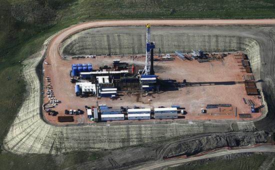Буровая вышка на нефтяном месторождении. Архивное фото
