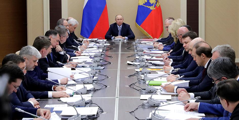 Президент РФ Владимир Путин (в центре) во время заседания с членами правительства РФ в резиденции Ново-Огарево