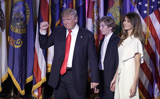 Избранный 45-й президент США ДональдТрамп, сын Баррон и жена Мелания Трамп. Нью-Йорк, 9 ноября 2016 года
